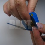 Zakładanie piórka na lotkę dart