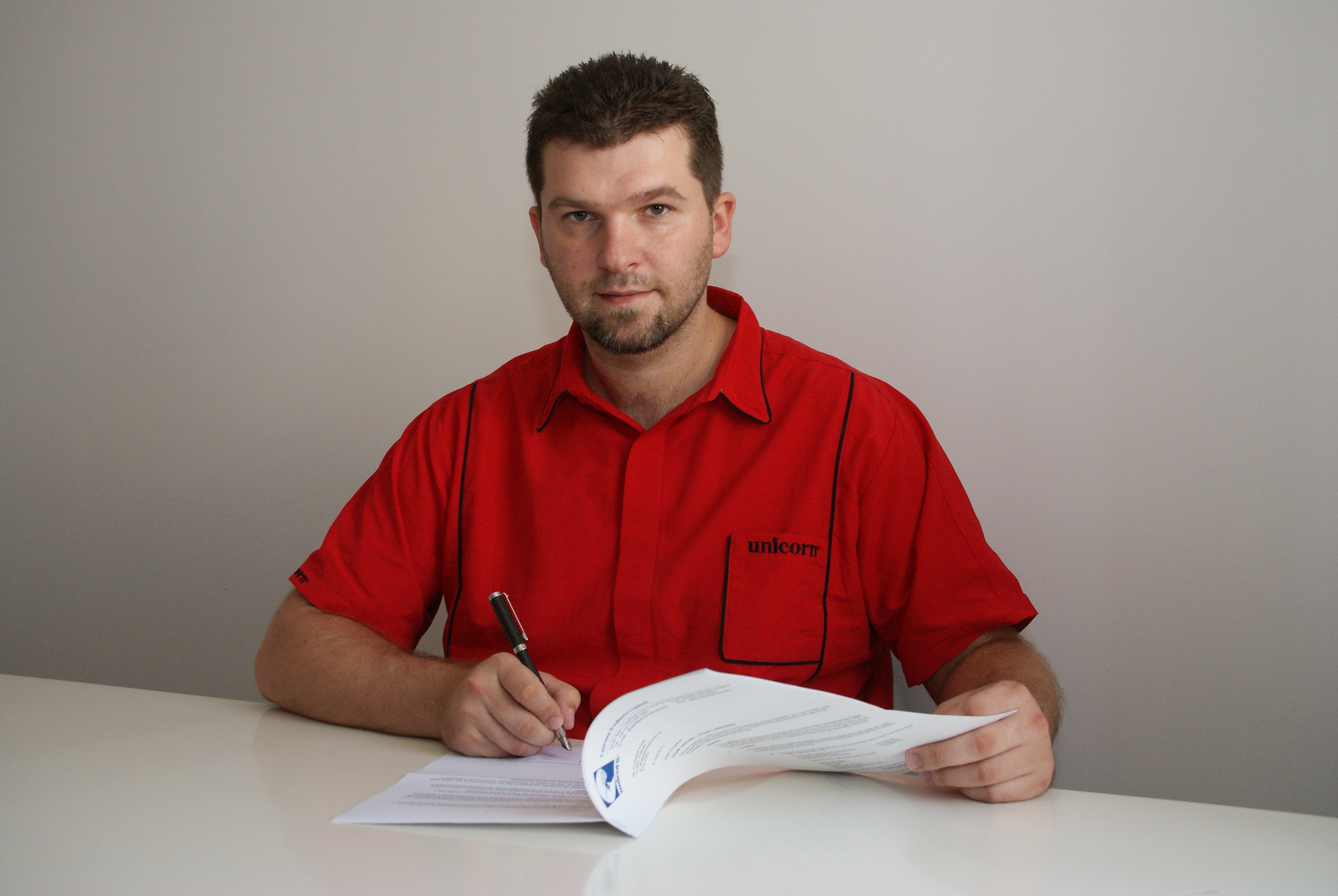 Darter Krzysiek Kciuk podpisuje umowę z Unicorn